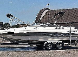 2007 Larson Escape 254 Deck Boat