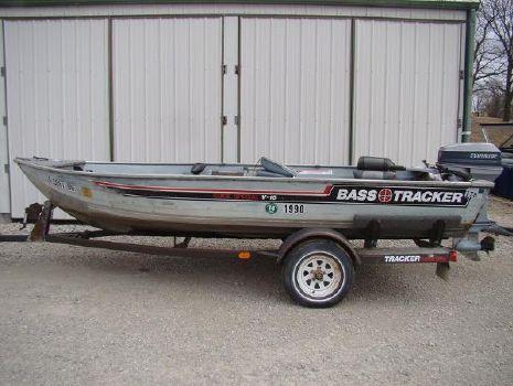 1987 Bass Tracker Marine Guide Special V-16