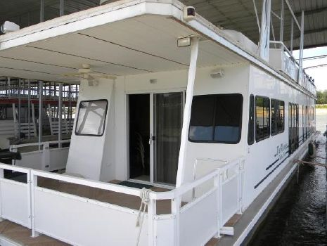 2005 Destination Yachts Houseboat Port Bow