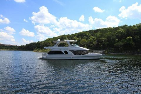 2006 Bluewater Yachts 5200 Luxurious fresh water boat...