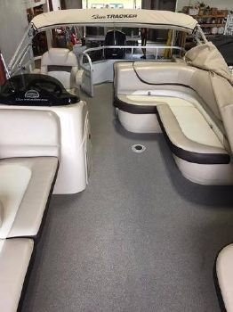 2016 Sun Tracker PARTY BARGE® 22 D