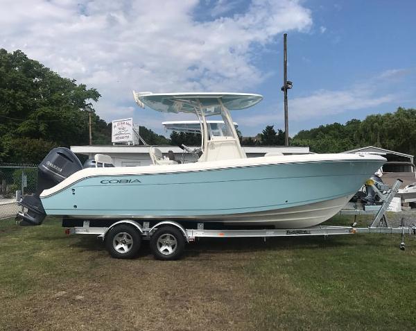 2017 Cobia Boats 237 Center Console