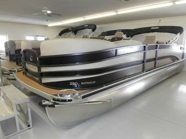 2015 PREMIER BOATS Intrigue 250