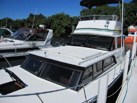1988 Marinette Flybridge 32 Sedan