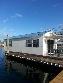 2011 Catamaran Cruisers Aqua Lodge
