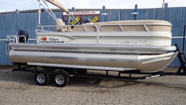 2015 Sun Tracker Party Barge 22 XP3