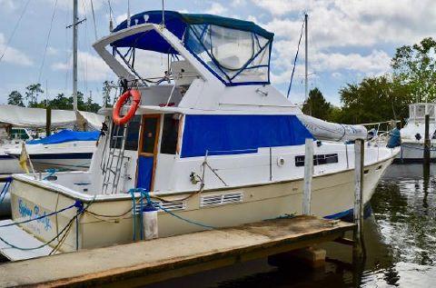 1987 Bayliner 3870 Motoryacht At Dock