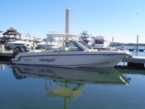 2015 Boston Whaler 27 VANTAGE DC Unplugged profile shot in the water
