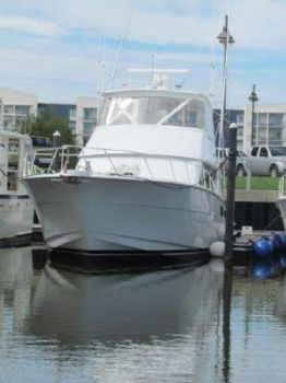 2005 Hatteras Convertible profile bow view
