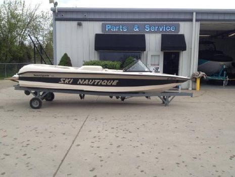 1999 Correct Craft Ski Nautique 196 Closed Bow