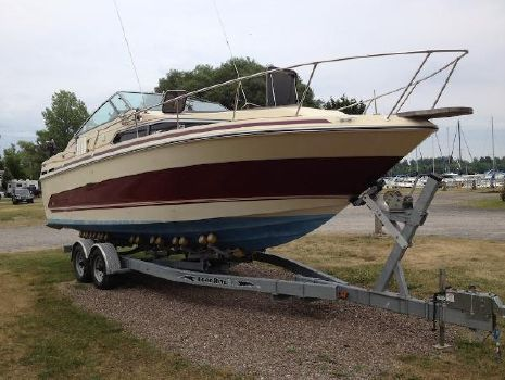 1986 Sea Ray Sundancer 268 Starboard Side Bow