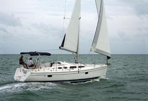 2005 Hunter 36 2005 Hunter 36 sailing